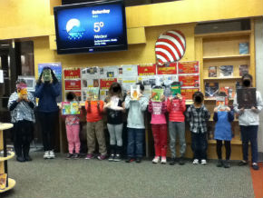 READ A MOVIE - KIDS SHOWING THEIR BOOKS